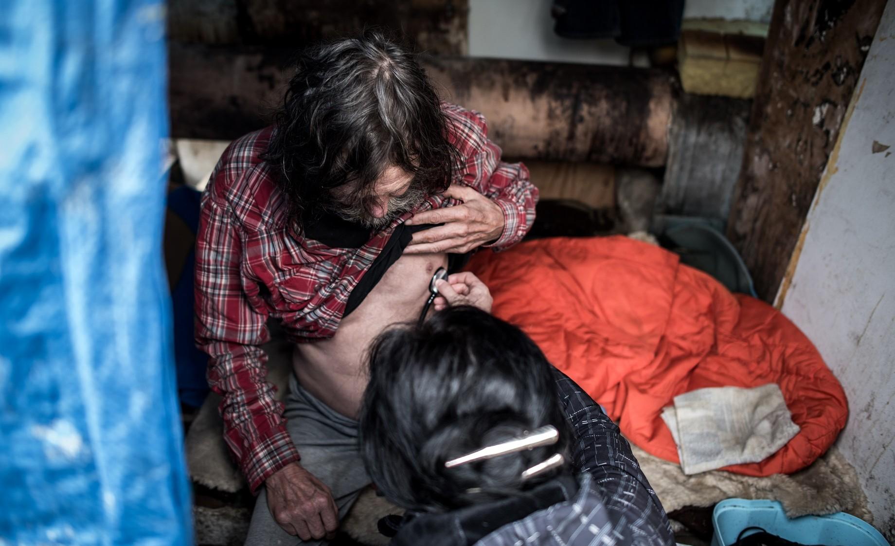 Ostrava - Doktorka (z armády spásy) obcházel bezdomovce.